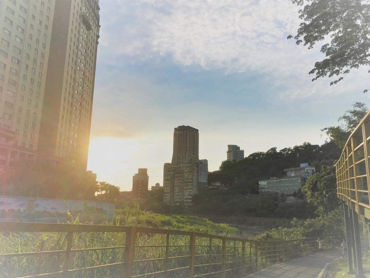 【景美河濱公園】腳踏車、籃球、野餐、溜小孩和夕陽一次滿足!