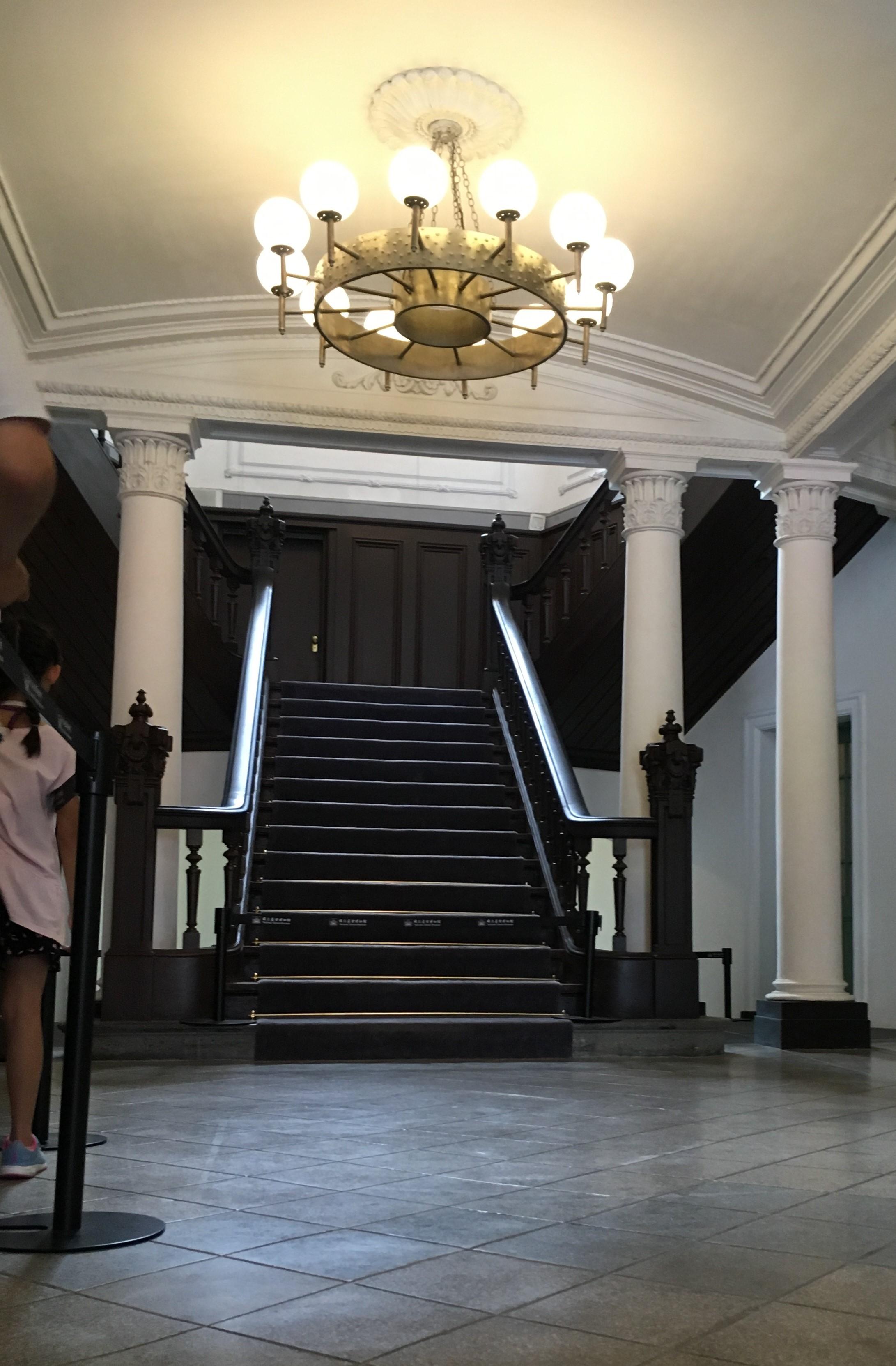 鐵道部園區大廳木質樓梯